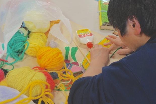 図鑑などを見て下絵を書き、下絵に合わせて毛糸を切って貼り合わせていくkazukoさん。独特な色づかいも素敵です。