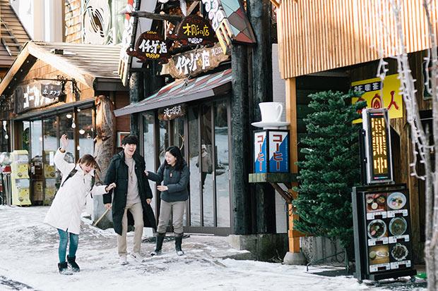 阿寒湖温泉商店街の民芸品、飲食店が連なる通りを歩く。