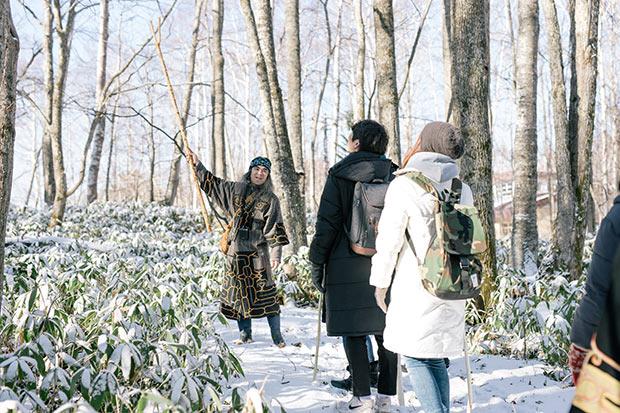 阿寒で暮らすガイドが語る、伝承や森の植生にまつわる話に耳を傾け、森を散策します。