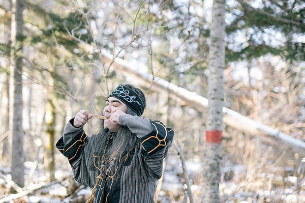 アイヌ民族の伝統楽器ムックリの演奏を体験。