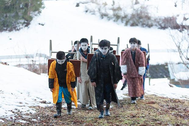 地元小学生が、昔の小学生のエピソードを再現。