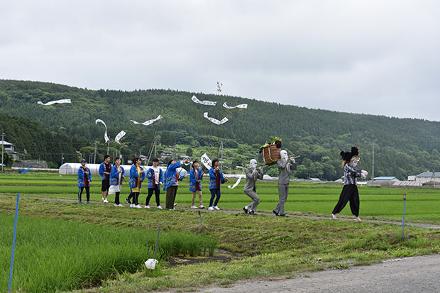地域の行事「虫追いまつり」をイメージしたシーンを地元中学生と撮影。