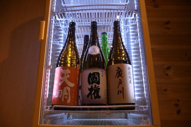日本酒の出来栄えを競う「全国新酒鑑評会」において、福島県は例年数多くの金賞日本酒を輩出。宿ではオーナーおすすめの地酒を取り揃えており、仕入れ値度外視の価格で飲み放題を提供しています。