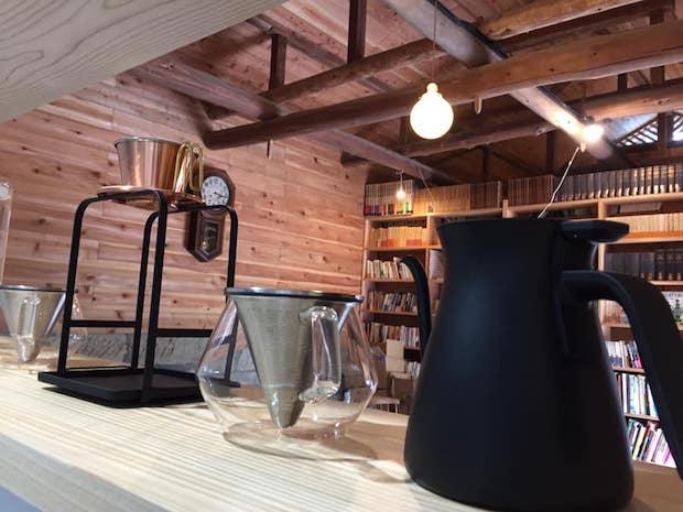 栃木県内でよく見られる大谷石でできた蔵を改装したブックカフェ。古書に囲まれ落ち着いた空間です。
