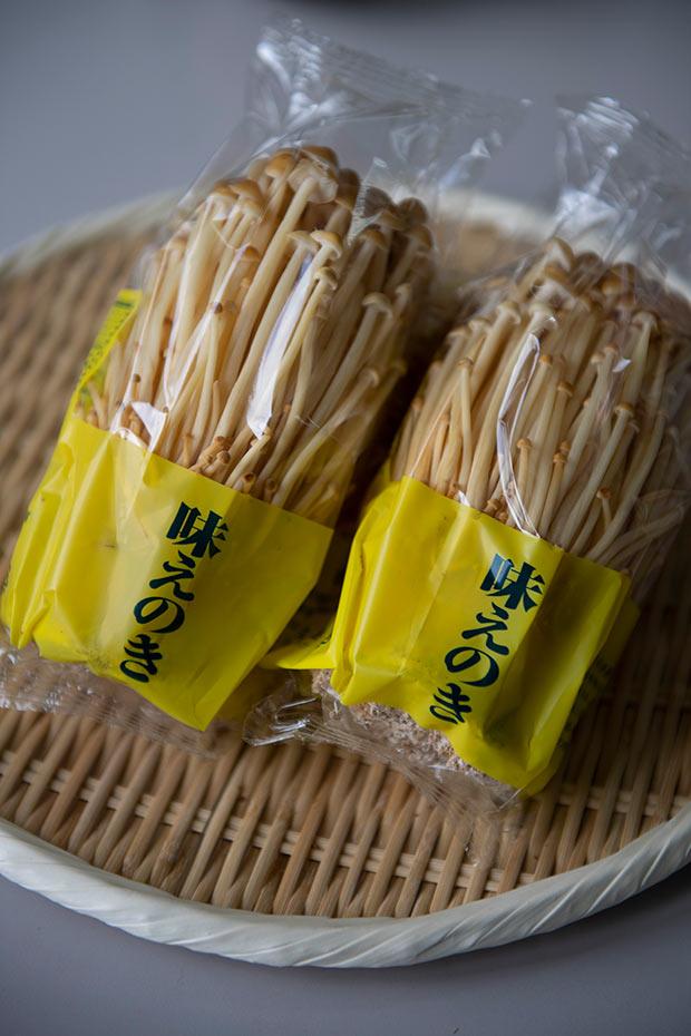 メイン商品の〈一株えのき〉 野生種 1袋298円(税込)