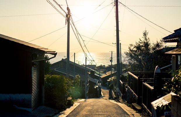 相川金銀山と奉行所を結ぶメインストリート「京町通り」。(写真提供:ガシマシネマ)