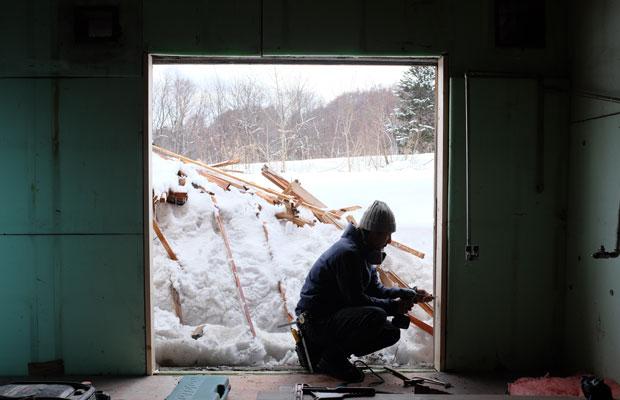アトリエ改修を手がけるのは長沼の大工〈yomogiya〉。古材や金属などの風合いを生かした空間づくりを行っている。