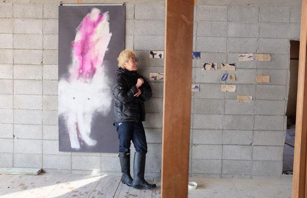 改修中のアトリエの壁面に新作を飾る。