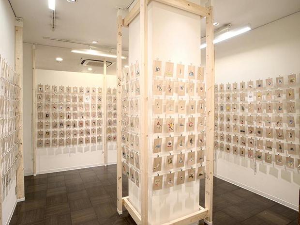 〈長崎書店〉ギャラリー内に所狭しと展示されたポストカード。