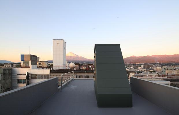 5階部分を減築し広くなった屋上から眺める富士山。(撮影:干田正浩)