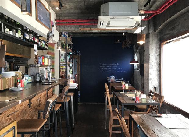 店の内装は田村さんのDIY。ピザはクリスピーな生地で具はいつもジューシー。
