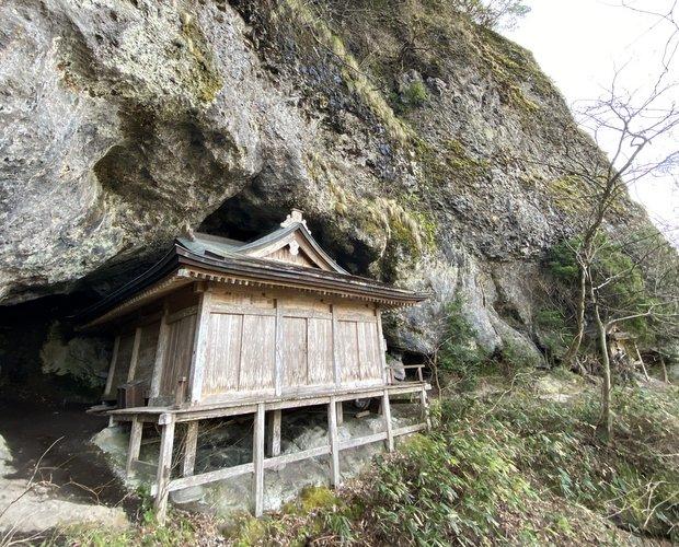 洞窟にはまっているような〈観音堂〉。