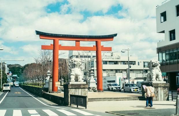 〈Bring me Shonan〉の代表・望月光さんが働く〈ヴァーヴコーヒーロースターズ〉鎌倉雪ノ下店は、鎌倉駅から鶴岡八幡宮に延びる若宮大路沿いにある。
