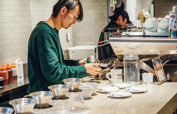 ヴァーヴコーヒーロースターズ鎌倉店で望月さんとともに働き、今回の取材にも協力してくれた店長の吉澤裕介さん。