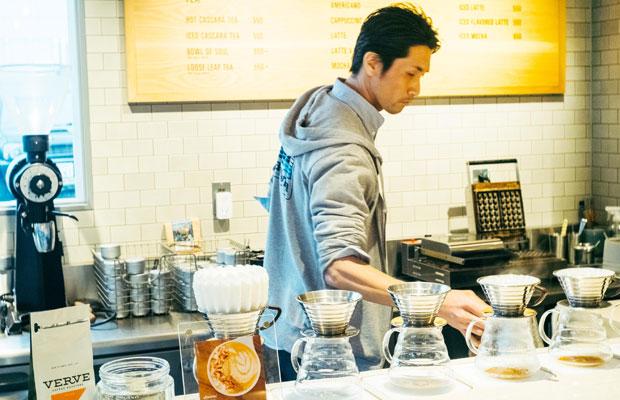 Bring me Shonanの代表で、ヴァーヴコーヒーロースターズ鎌倉雪ノ下店のトレイナーとして働く望月さん。