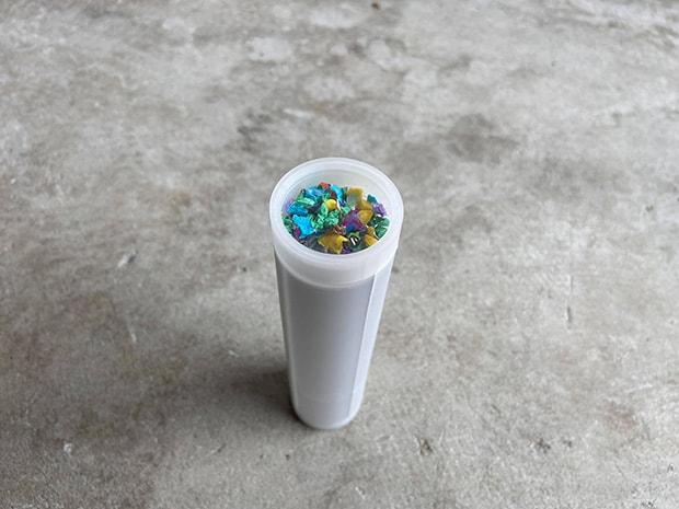 「再生プラスチックとごみ」を素材にした万華鏡『REF』。フタは開けることができ、身の回りで出たごみを入れ替え可能。