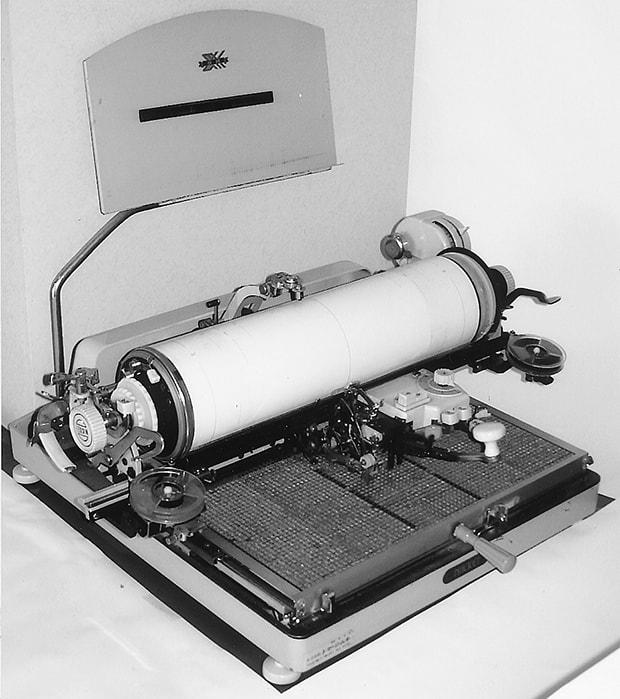 創業者の藤原輝さんが退職金にて購入したタイプライター。この一台をもとに自宅一室にて「藤原タイプ社」を設立。