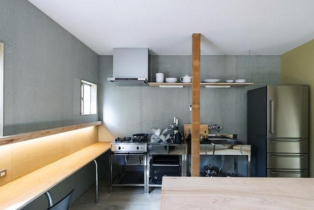 ハードな使用にも耐えるステンレスキッチンを設置。写真:永井杏奈