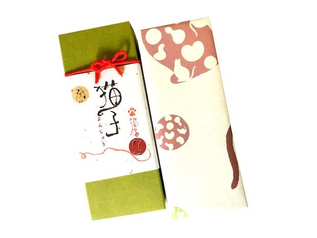 〈マスク猫子まんじゅう ころにゃ~ん〉3個入りでこちらの箱に入っています。価格は950円(税込)。