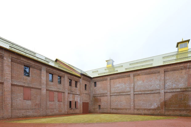 趣あふれる元煉瓦倉庫の壁面。