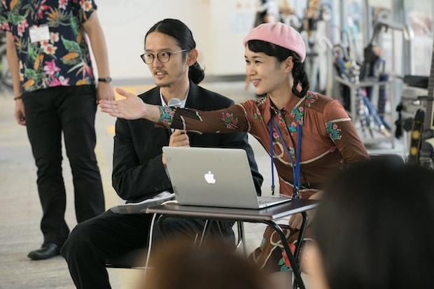 鳩山町コミュニティ・マルシェのイベントに参加する藤村龍至さん(左)。RFAはコミュニティマルシェを運営。空き家を登録、紹介する役目だけでなく、地元の人が利用できるカフェやマルシェとしても活動している。