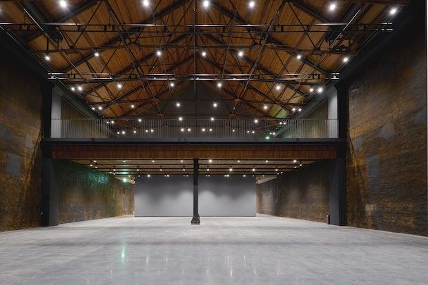 煉瓦倉庫の面影を残した展示室。