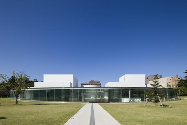円形に広がる現代的な建築の金沢21世紀美術館。撮影:渡邉修