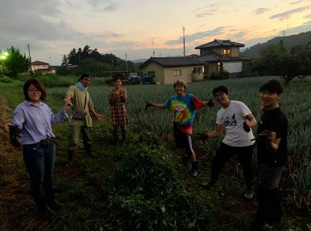 近隣にある〈ちはるふぁーむ〉の畑で泥んこになって農作業。