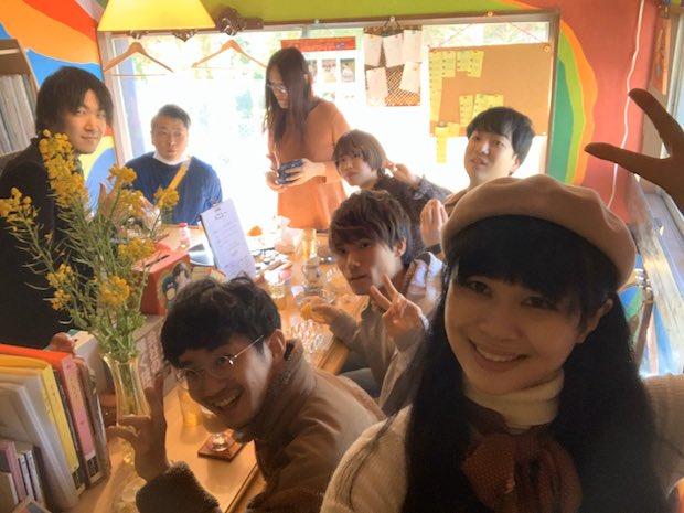 ベレー帽をかぶっている女性がアーティストの菅沼朋香さん。