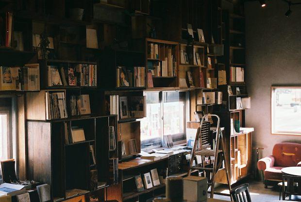 長野県松本市にある本屋/喫茶店〈栞日〉。湖畔のキャンプ場で本を愉しむマーケット&ライブイベント〈ALPS BOOK CAMP〉も主催しています。