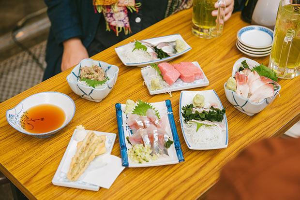 小森さんが「緑茶ハイは日本料理や居酒屋メニューに合うね」と言えば、「脂の多い魚と合わせるとその味わいの邪魔にならないね」と返ってくる。普段から酒場での時間を楽しまれていることが伝わってきます。