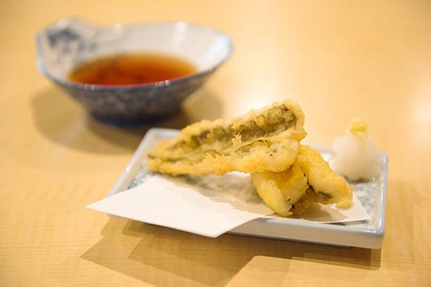 市場で仕入れて店で捌く〈アナゴの天ぷら〉(450円)。鮮度と目利きゆえに、もちもちとぷりぷりが同時に楽しめます。