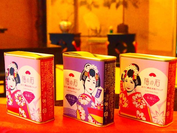 第1弾は中央の紫乃バージョン。パッケージに描かれた舞妓さんごとに味などが異なります。