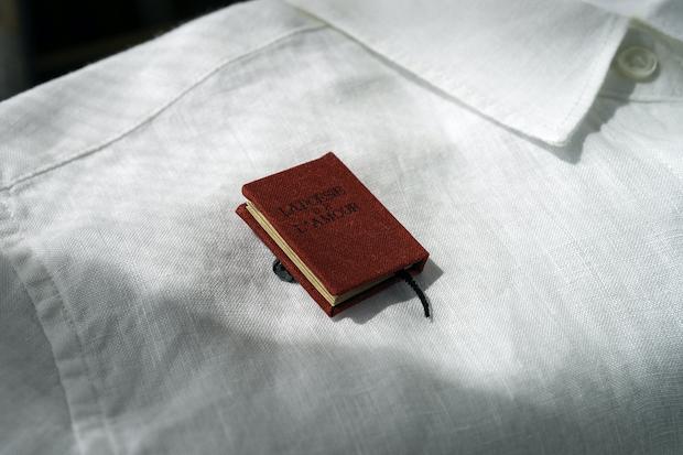こちらは『愛の詩集』のブローチ。ブローチ(『抒情小曲集』、『愛の詩集』)が各1200円、ペンダント(『愛の詩集』、『第二愛の詩集』)が各1500円。〈室生犀星記念館ミュージアムショップ〉でのみの販売です。