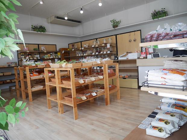 島に暮らす人向けのお店なので、店内にはお豆・雑穀、オーガニック系や海外の食材やお菓子が並んでいます。