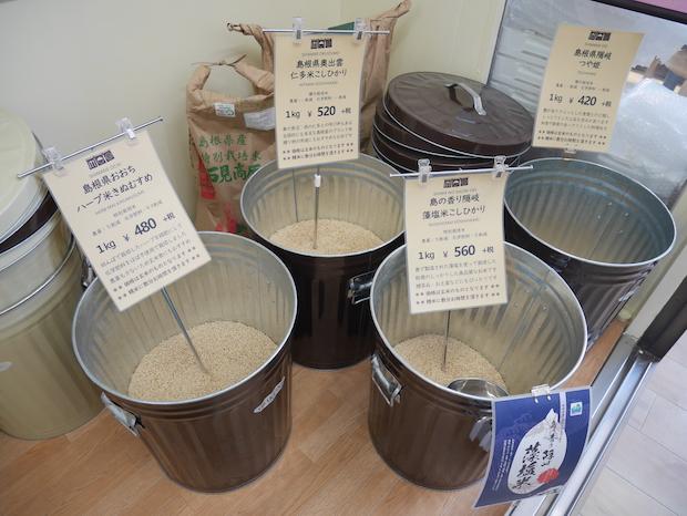 島根で生産された〈コシヒカリ〉や、〈つや姫〉などさまざまなお米が販売されています。