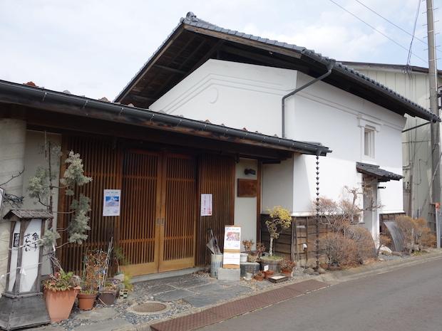 〈八重吉煎餅店〉は、初代八重樫吉次さんが一関〈大浪〉で修業後、昭和9年江刺中町に店を構え、今年で創業86年。現在は江刺の商店が集まる石畳が続く蔵まちモールの一角に位置し、2階にギャラリーも併設されています。