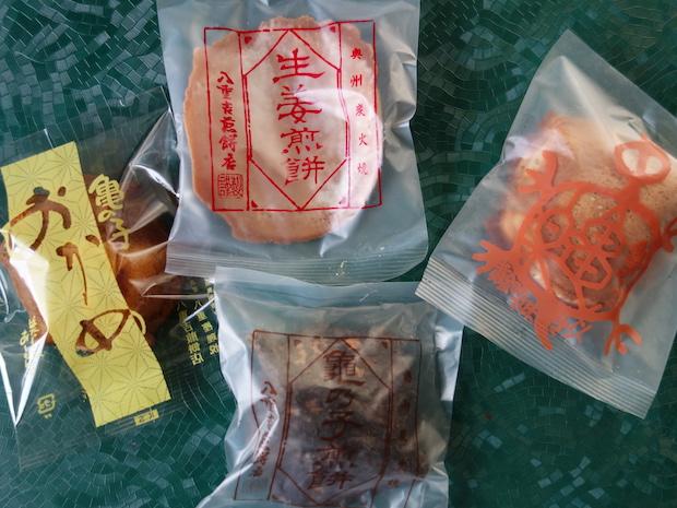 生姜がアクセントになって甘辛い〈生姜煎餅〉(写真上)、 米麹を使った地元江刺産の黄金味噌を生地に練りこんだ〈亀楽〉(写真右)、良質のバターとマーガリンが香り、アーモンドがのっているちょっと洋風な〈亀の子おかめ〉(写真左)、今回紹介した定番の〈炭火焼亀の子せんべい〉(写真下)。お好みの味を見つけてください!