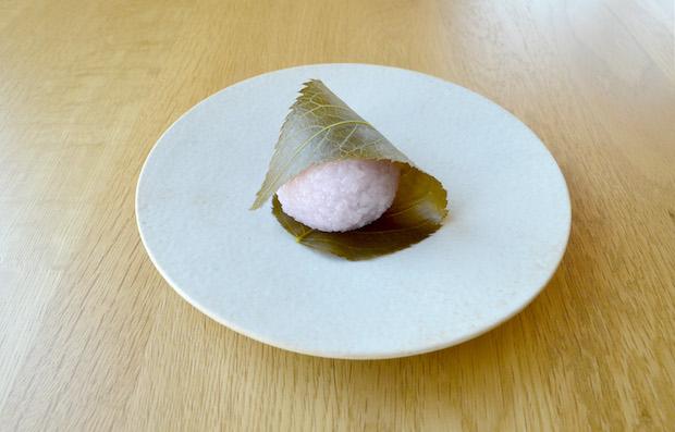 やはりいまの時期は桜餅でしょう! 葉っぱごといただきます