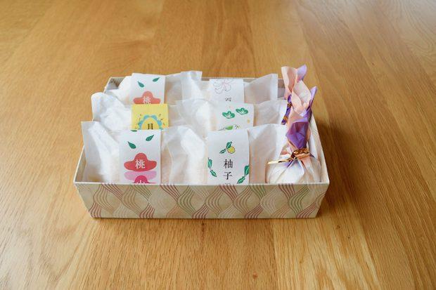最中の詰め合わせは手土産に最適。カラフルな帯のデザインは妹さんがされていて、姉妹それぞれのセンスが光ります。