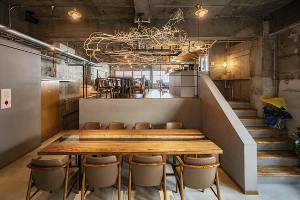 旅館に併設されたカジュアルフレンチレストランの〈ビストロ・カドゥー〉。もちろん、宿泊客以外も食事を楽しめる。営業は7時から22時まで。