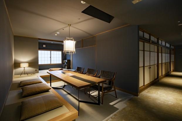 2階の共有スペースと、奥には24畳の大広間。