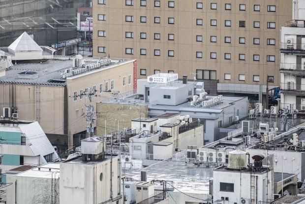焼け野原から復興した富山の繁華街にある喜代多旅館(中央の白看板)。