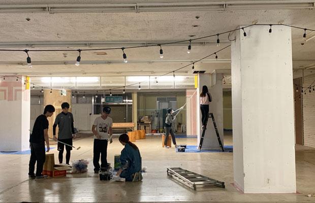 掃除やペンキ塗りの様子。大学の学生やサンビルのボランティアスタッフと一緒に。