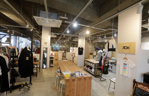 シェアスタイルの〈ロイヤル40〉2階のリノベーション。共有の大きなワークテーブルを中心に、5つのブースが配置されるプランで、ダイナミックなスケルトンを生かしたデザイン。(撮影kazuhiro tsushima)