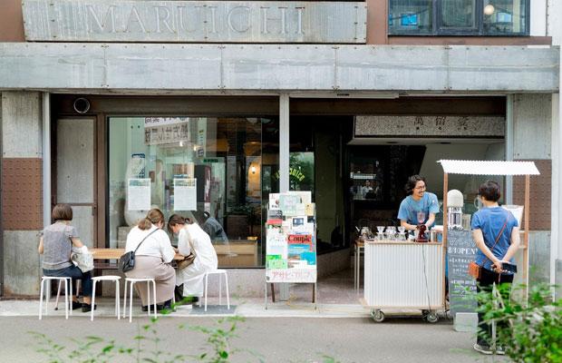 オープン前に、オリジナル屋台を使って路面で試作販売を行い、まちの人とコミュニケーション。