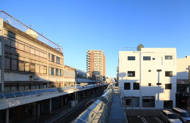 右に見える白いビルがリノベーションした〈マルイチビル〉。