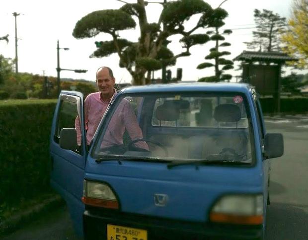 軽トラに乗って颯爽と現れるジェフリーさん。