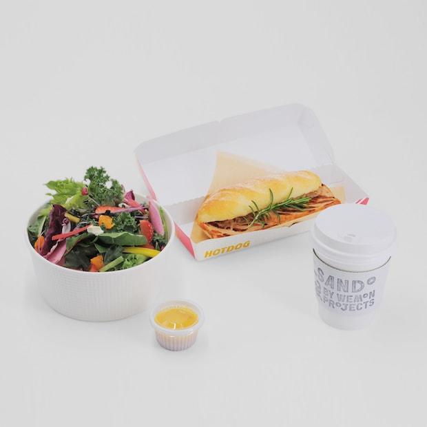 フレッシュサラダとバイエルンケーゼサンドセット(1,300円)。ブランジェリコルセに特注したパンに、タカラ食品工業株式会社の「バイエルンケーゼ」とザワークラウトをサンド。