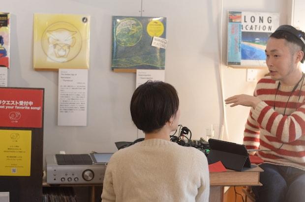 イベント〈レコード部のレコードショップ〉でのひとコマ。レコードの選び方と聞き方について語る〈レコード部〉部長の橋本慎吾さん。